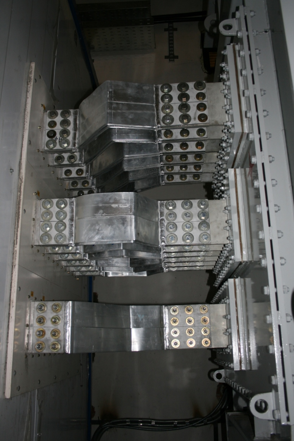 Copper and aluminium bus bars for currents up to a